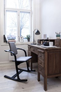 varier-actulum_office-desk_black-ash_300dpi-800x800